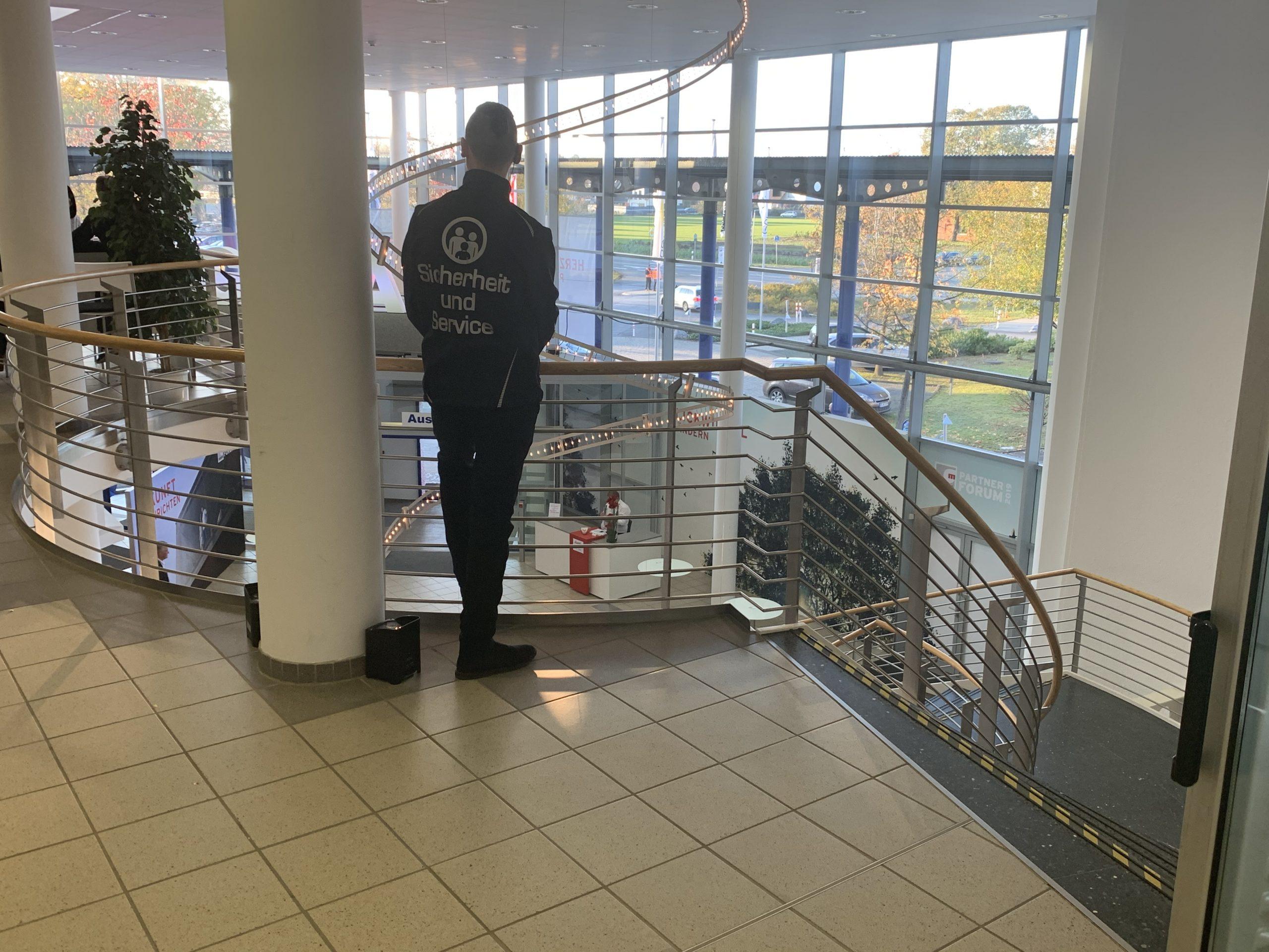 Sicherheitsposten im Messezentrum