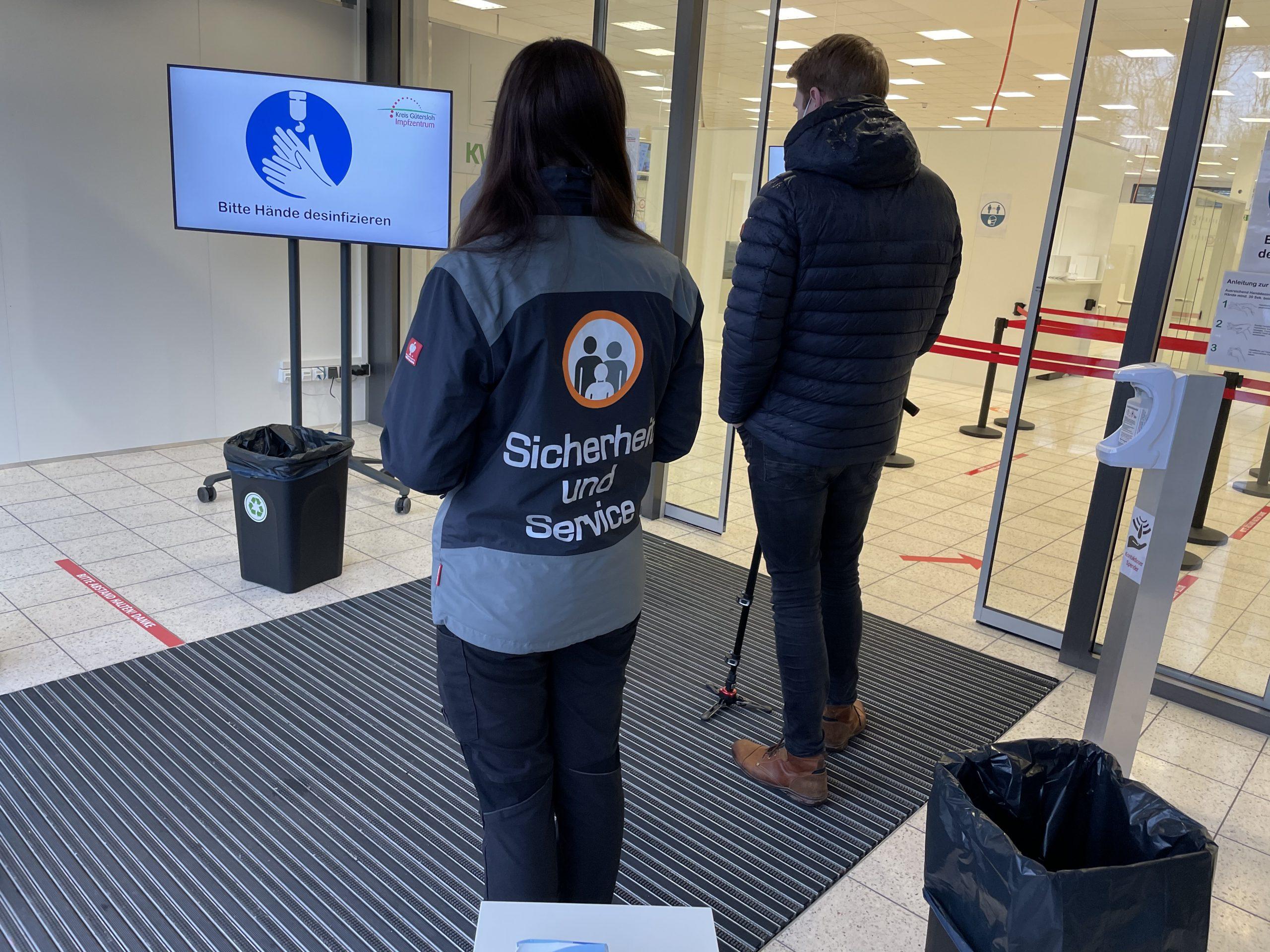 Sicherheitskontrolle am Impfzentrum Gütersloh
